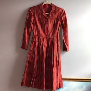 Sweet red checkered vintage dress w pleated skirt!